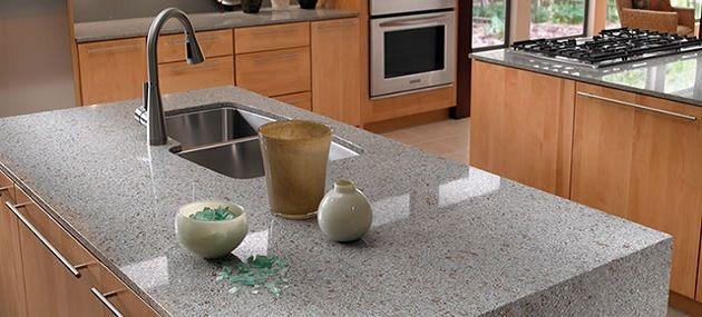 Möchten Sie, dass Ihre Küche Eleganz ausstrahlt, dann wählen Sie erstklassige Arbeitsplatten aus Quarz, einem Material mit attraktiven Farben und feinen Texturen.