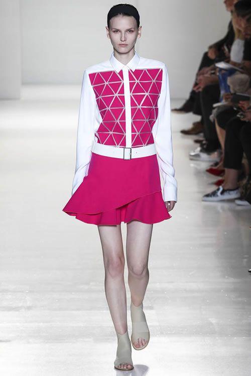 Son beş yılda hazırladığı koleksiyonlarla kendini moda dünyasına kabul ettiren Victoria Beckham 2014 New York moda haftasında Sonbahar/Kış koleksiyonuyla ilgi topladı. Bu koleksiyonuyla bir tasarımcı olarak ne kadar yol kat ettiği görünüyor. Alışıla gelmiş ve artık imzası haline gelen kalem etekler ve vücudu saran elbiseler yerine pilili, uzun kollu elbiseler, pantolon takımlar, kaşmir yelekler, uzun ve bol mantolar kullandığı koleksiyonuyla takipçilerini şaşırttı. Siyah ve beyazın…