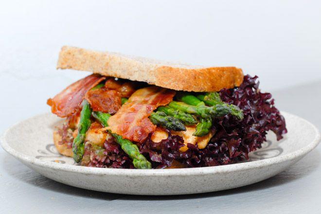 Kyllingsmørbrød med asparges og bacon