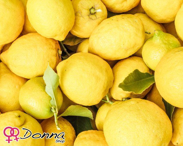 Cosmetica naturale: il Limone.  Il Limone è dermopurificante e ricco di alfa-idrossiacidi il suo succo, ha azione schiarente, idratante, esfoliante e levigante. Ha anche azione antiage, ammorbidente e elasticizzante. Nella dieta alcalina, il limone è utilizzato come riequilibrante del Ph.