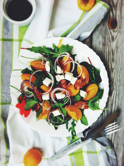 Абрикосовый салат с фетой, беконом и чудо-заправкой