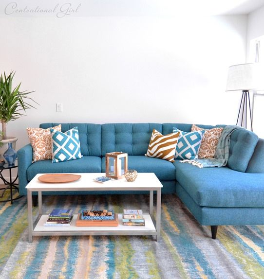 Très beau canapé d'angle bleu.