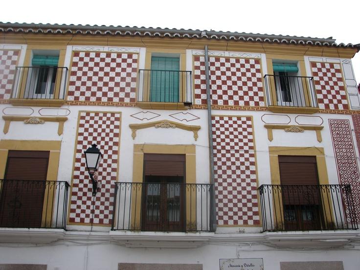 Una preciosa fachada pintada en la calle Francisco Pizarro de Navas del Madroño.