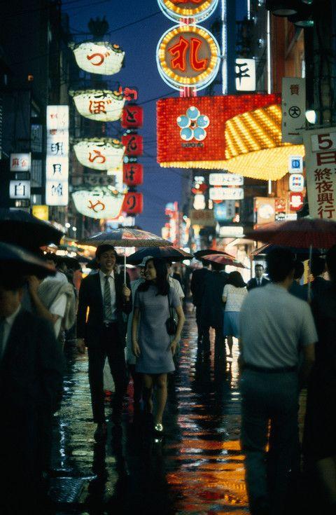 Mart 1970 Osaka'nın hareketli caddelerinden Dotombori Caddesi'nde yürüyen yayalar.