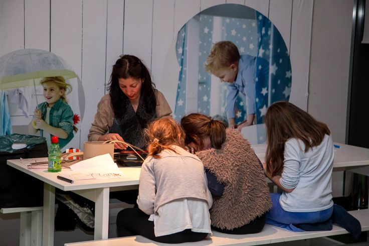 Πώς άραγε ζωντανεύουν τα παραμύθια; Ένα σύντομο εκπαιδευτικό εργαστήρι από τον εικονογράφο Γιώργο Σγουρό που έχει ως στόχο την μύηση των παιδιών στα μυστικά της εικονογράφησης μέσα από απλά βήματα και παραδείγματα. Με τρόπο διαδραστικό, τα παιδιά έχουν την ευκαιρία να γνωρίσουν κάθε στάδιο αυτής της μοναδικής τέχνης.