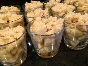 Glaasjes gevuld met gemengd fruit en appeltaartdeeg