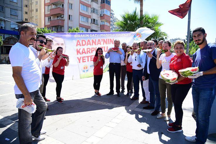 Adana Büyükşehir Belediye Başkanı Hüseyin Sözlü, vatandaşa karpuz ikram etti Başkan Sözlü karpuz ikramı sırasında ''Adana'nın sıcağı varsa karpuzu da var'' dedi.  ÜRETİCİYE DESTEK OLDU VATANDAŞA KARPUZ İKRAM ETTİ  Karpuz üreticilerine destek olmak, karpuz tüketimini arttırmak amacıyla Adana Büyükşehir Belediyesi kentin farklı noktalarında 120 ton karpuzu vatandaşa ikram etti. Adana Büyükşehir Belediyesi binası …
