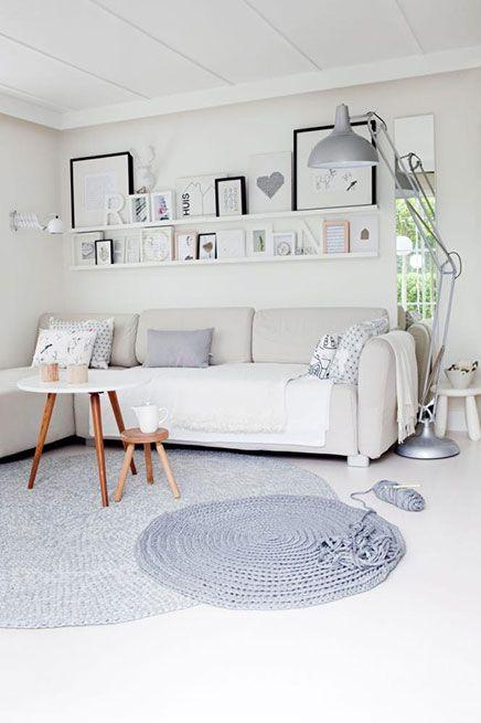 Kleine woonkamer in Scandinavische stijl | Inrichting-huis.com love the chain stitch rug and the shelves.