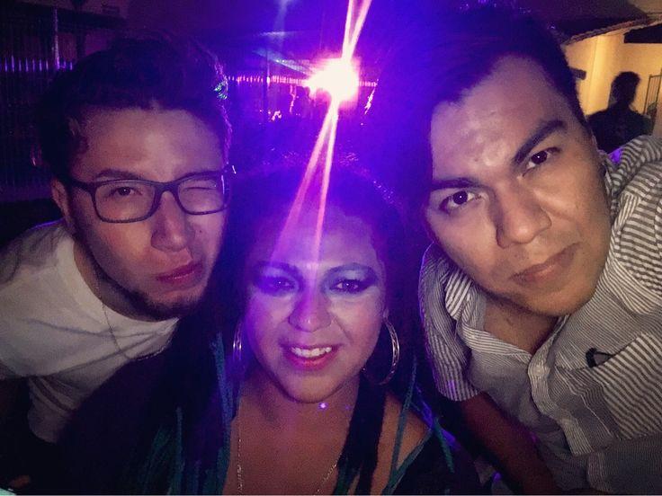 La pura party hard ayer!!! Conociendo nuevos amigos y reencontrándome con viejas amistades.    #Party #Friends