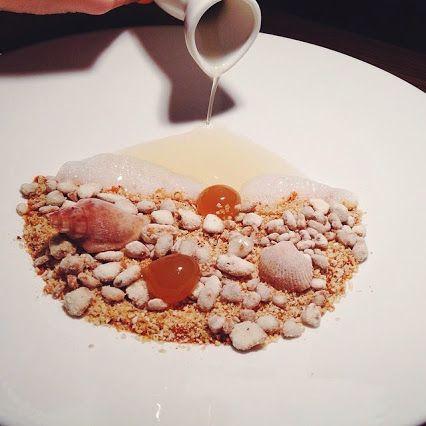 Съедобный балтийский пейзаж в одной тарелке: янтарь – сладкие сферы с жидкой сердцевиной из хвойного мёда, ракушки – постное мороженое со вкусом корицы, галька – ореховые гранулы, песок – смесь семечек и орехов в карамели. А внизу - пюре из кураги, ванильная пена, и графин киселя из зеленого чая, так напоминающего море.  #KoKoKo restaurant&bar http://spb.restorania.com/company/restoran-kokoko-cococo-47349/