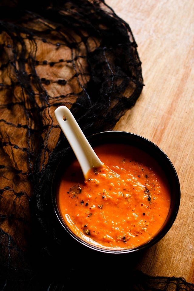 roasted tomato soup recipe - a simple and easy tomato soup recipe for the winters. roasting the tomatoes lend a warm, earthy flavor to the tomatoes. #tomatosoup #soup