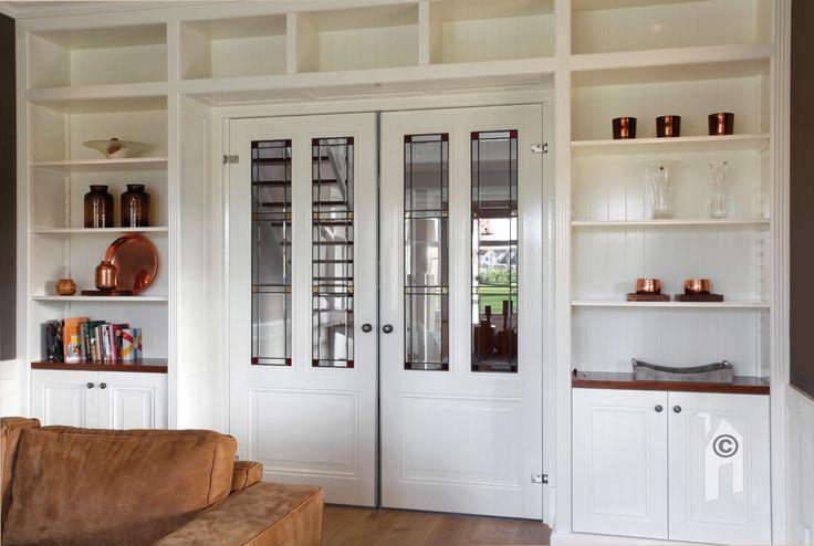 Ook zijn elementen uit de jaren-dertig periode toegepast. Zoals schuifdeuren met glas-in-lood ramen.
