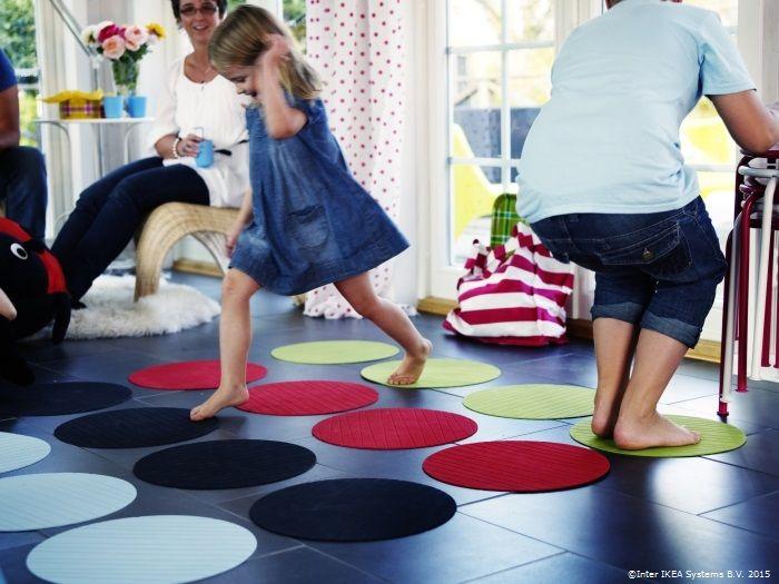 Cu puțină creativitate, suporturile de farfurii PANNÅ se transformă într-un joc Twister pentru cei mici. www.IKEA.ro/familia_PANNA