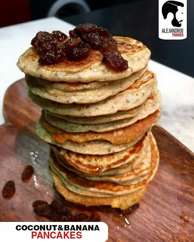 #desayuno #fitness de la mano de @aleramostrainer  #RecetaDelTrainer  No sabes que desayunar hoy?   Pancakes de coco y banana   INGREDIENTES:   1 banano maduro  2 cucharadas de harina de coco  1 huevo entero  4 claras de huevo  2 cucharadas de semillas de chia(previo remojo 30 min).  1 cucharada de linaza  2 cucharadas de harina de avena  PREPARACIÓN:  Batimos todo menos la mitad de la banana esa mitad la hacemos rodajas finas que luego añadimos a la tortitas antes de darle la vuelta en la…