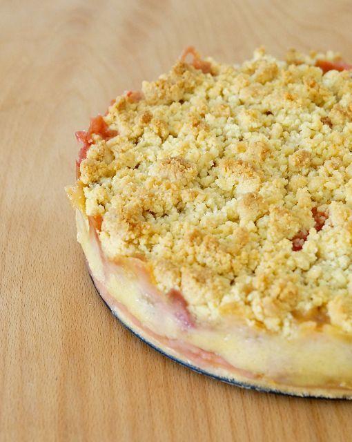 Rhabarber-Erdbeer Kuchen mit Puddingcreme und Mandelstreuseln