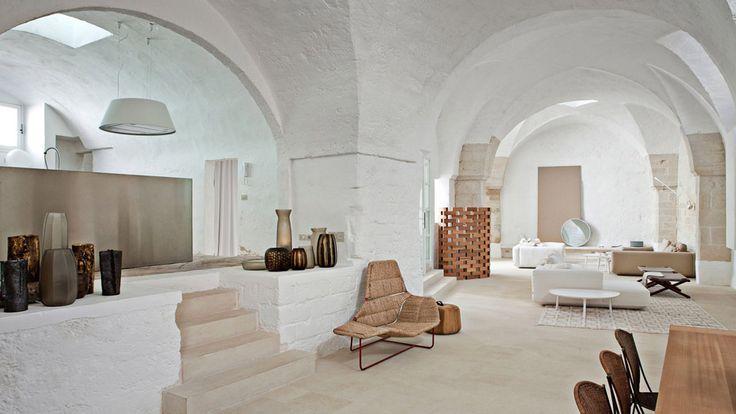 Open space con vista soggiorno, cucina e sala da pranzo in casa rustica con accenti moderni