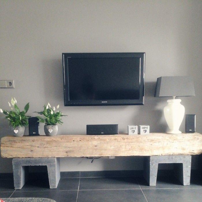 Oude eikenbalk met u-elementen maakt samen ee prachtig tv meubel!