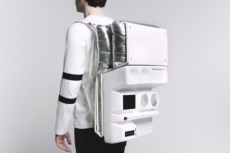 'technopicnic' works as a backpack that integrates several technologies, like a solar panel, speakers, and a screen to receive messages via bluetooth.