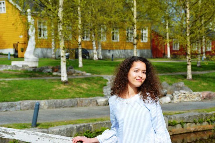 Amanda Rahmani on Kokkolan virallinen kesäturisti, joka markkinoi kaupunkia sosiaalisessa mediassa.