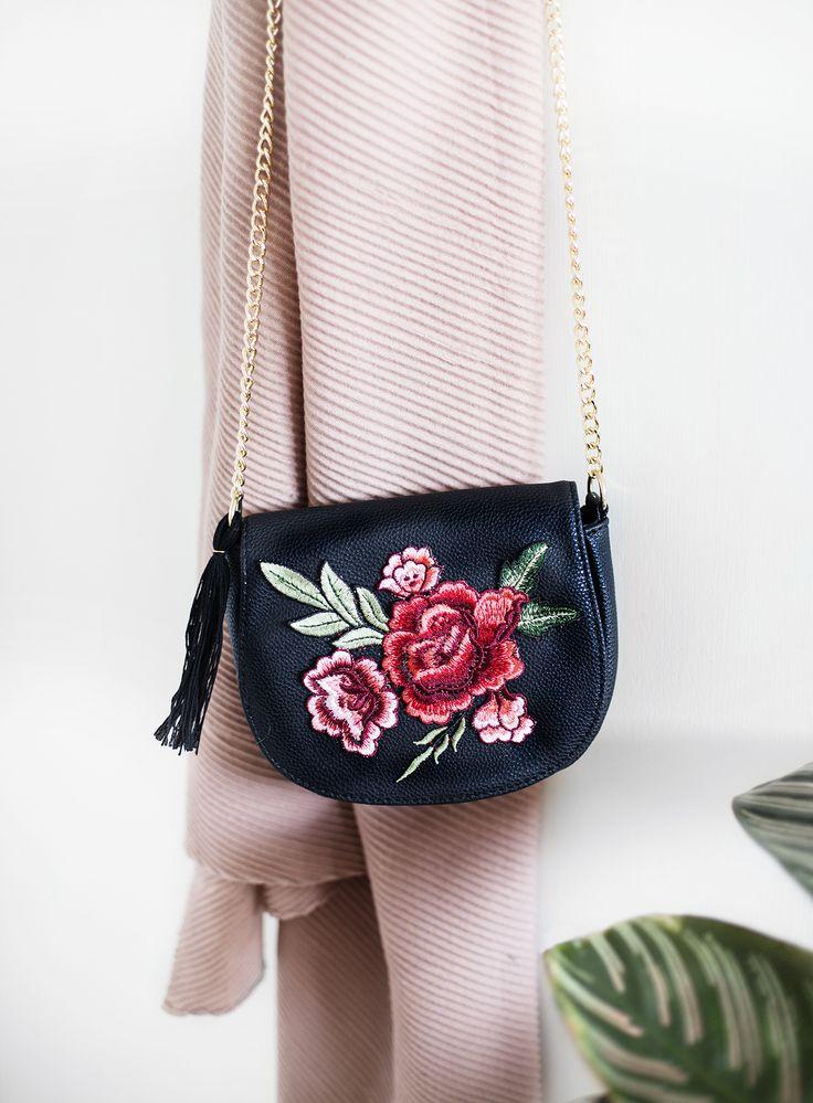 bolsa transversal, jeans e floral