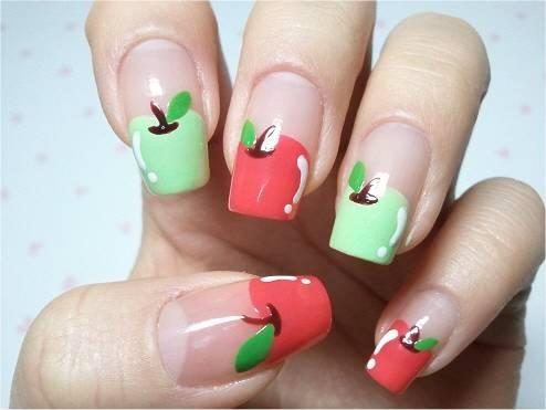 También tenemos arte con manzanas en la manicura. Uñas y laca de diferentes colores para crear esto.