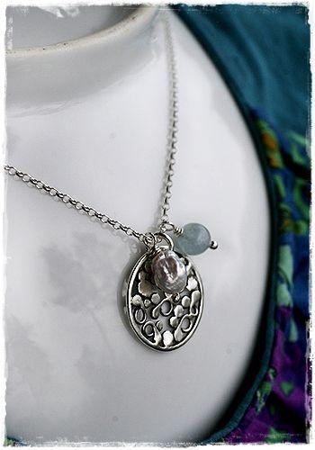 Kivikkoranta -kaulakoru. Kevyt riipus valmistettu hopealangan palasista ja hopeapalloista. Uniikki.
