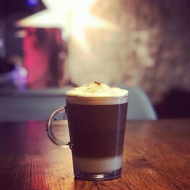 RÉVEILLON   Vivement que cette année se termine ! Jai hâte den démarrer une nouvelle. 2018 sera pour nous lannée de nos 10 ans damour  un voyage à Dublin  la fin de laménagement du jardin  (). Toujours plus de cuisine  et de sport  ! Et plein de surprises (bonnes ou mauvaises) que la vie nous réservera ...   #happynewyear #newyear #reveillon2018 #reveillon #2018 #macchiato #latte #coffee #home #decor #scandinavian #ikea #maisondumonde #macchiatolatte #senseo #nespresso #ketocoffee #keto…