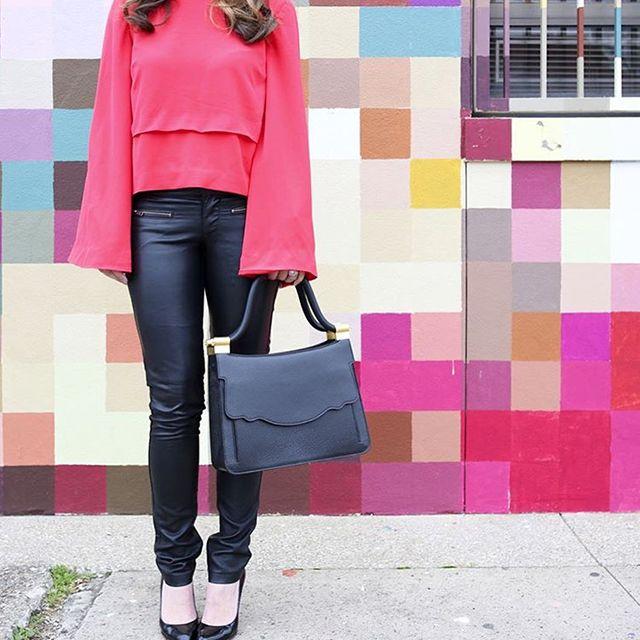 La tendenza della maxi maniche ha stupito un po' tutti, ma le fashion blogger non si sono lasciate abbattere e hanno imparato subito come abbinarla! Ad esempio equilibrando i volumi extra a un paio di pantaloni aderentissimi!   #sleeves #pink #bellsleeves #fashionblogger #fashion #blogger #spring #summer #trends