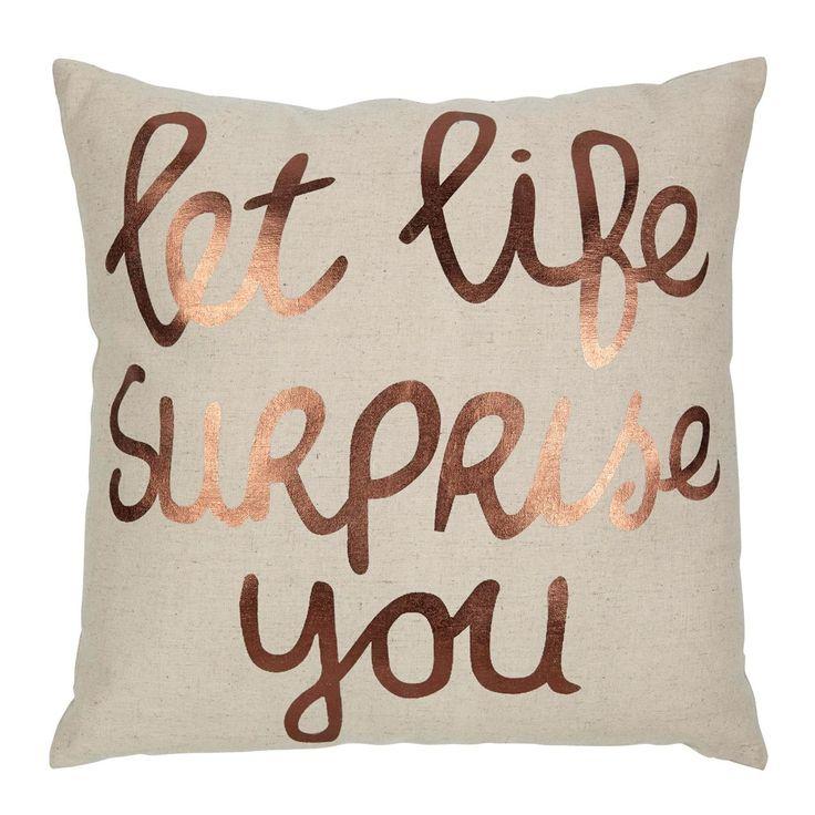 Hip kussen Surprise met koperen tekst maakt dat jouw interieur helemaal van nu is! Afmeting: 45x45 cm. Kleur: koper. #kwantum_woonahaves_kussen1 #kwantum #kwantum_nederland #woonahaves #daarwoonjebetervan