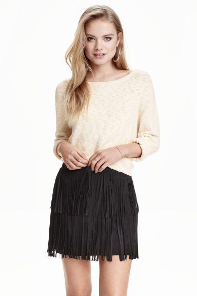 899,- Sukně s třásněmi: Krátká sukně z imitace semiše s třásněmi a viditelným zadním zipem. Bez podšívky.
