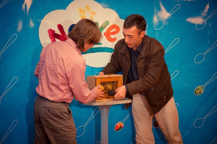 Vali şi Alin Prunean, prezentând The Art of DAR, un produs apicol exclusivist.