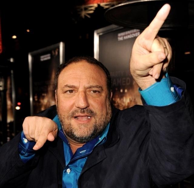 Голливудский продюсер Джоэл Сильвер окончательно перешел под крыло Universal: его компания Silver Pictures заключила пятилетний контракт на домашнюю дистрибуцию двенадцати картин. Одним из первых проектов станет лента Хауме Коллет-Серра «Нон-стоп» (Non-Stop) с Лиамом Нисоном.