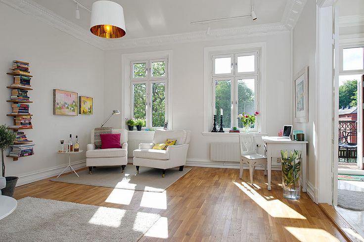 Birght and vivid scandinavian apartment http://lakbermagazin.hu/otletek-modern-lakberendezes/1532-tortfeher-falak-olajozott-tomor-tolgy-padlo-es-dekoracio-elenk-szinekkel.html via http://www.alvhemmakleri.se/