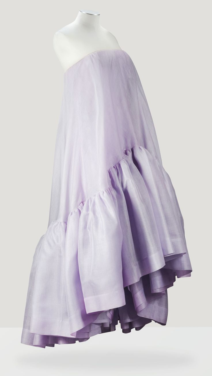 Balenciaga Haute Couture, printemps-été 1958 ROBE DU SOIR EN ORGANLAINE PARME HORTENSIA DE LA MAISON PERCEVAL BALENCIAGA HAUTE COUTURE, S/S 1958 A PALE LILAC GAZAR 'BABY-DOLL' COCKTAIL DRESS WITH GRADUATED HEM