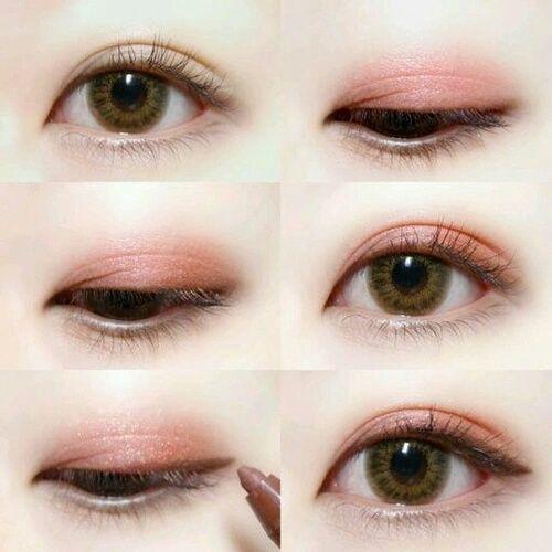 """瞳の動きや、視線だけで色気を作ることができます。色気がないと言われている女の子必見!瞳で作るお色気講座開設です♡江戸時代からモテテクニックとして使われていた、流し目やゆったりとしたまばたき、流行りの上目遣いなど3つのモテテクニックをおすすめメイクと共にご紹介♩3つの瞳使いをマスターして、""""ドキッ""""と彼の心を狙い撃ち♡"""