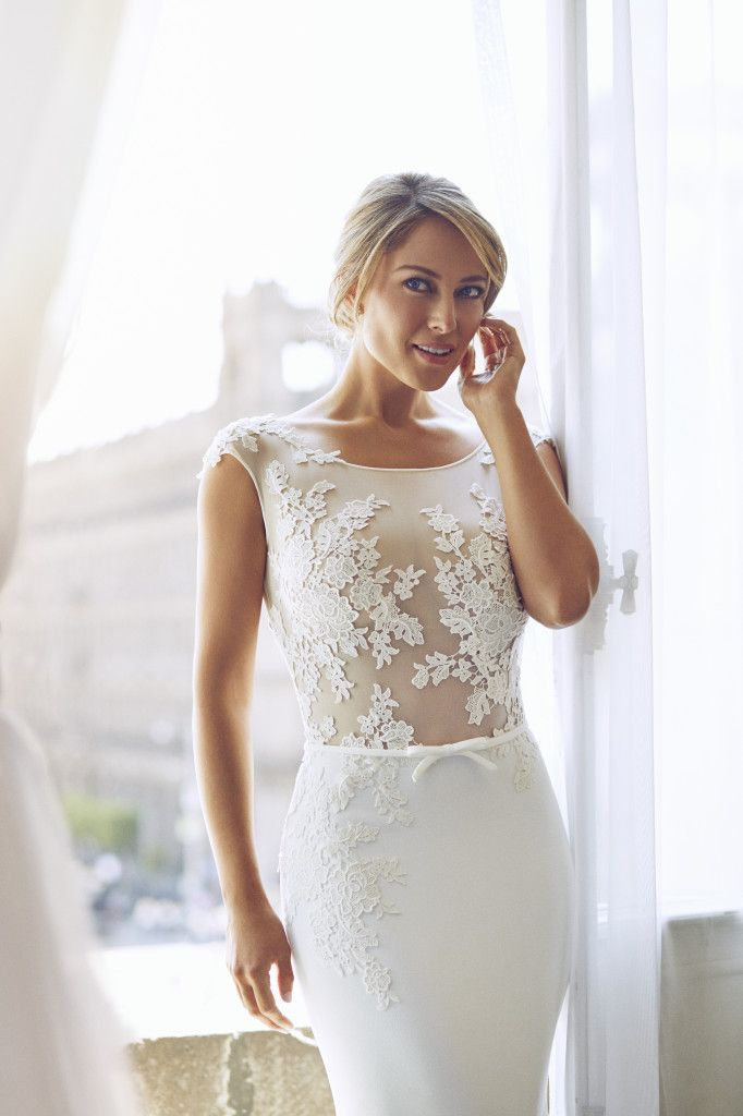 Vanessa Huppenkothen in ELSA is bridal sophistication at its finest. Love her final look for #PronoviasItBrides : Dario Aranyo Photography