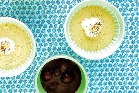 Mit dieser veganen Vanillecreme mit flambierten Schattenmorellen überzeugte Marion Kracht in der Promi-Kocharena. Ein köstlicher Traum auf Sojabasis!