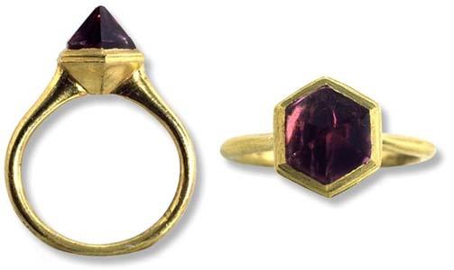 Anello d'oro giallo, gambo liscio, castone esagonale con ametista piramidale, sec. XIV-XV.