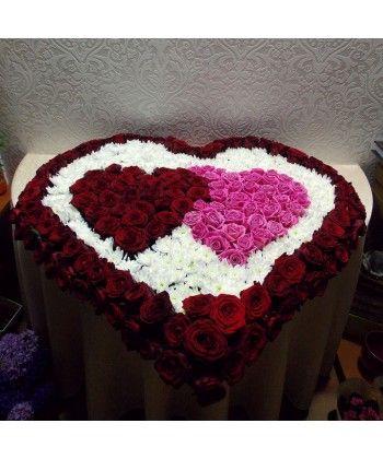 Aranjament care simbolizeaza dragostea dintre doua inima intr-una singura cu 160 trandafiri rosii si roz si 35 de crizanteme albe