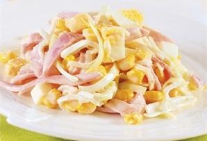 Sałatka świąteczna z jajkiem i szynką / Egg and Ham Easter Salad to propozycja szybka i dość prosta w przygotowaniu. Trochę kukurydzy, pora i majonezowo-jogurtowego sosu.
