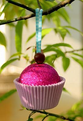 Decoración del árbol de Navidad con cupcakes