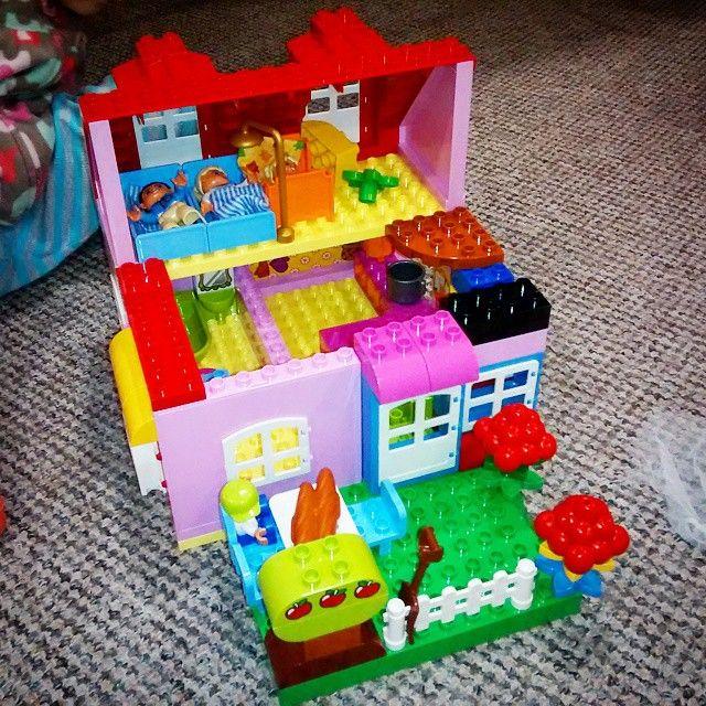 Заходите в двері, попадаєте в коридор. Прямо - вхід в кухню, лівіше - в ванну. Справа - сходи на другий поверх, де знаходиться спальня. В подвір'ї росте яблуня. Я фанат лєго) #лего #lego #legoduplo #легосвіт #lvbrick