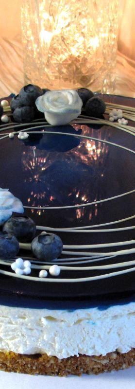 Itsenäisyyspäivän kakussa maistuu mustikka, kaura, seljankukka ja vanilja, lisänä mantelia ja sitruunaa. Mustikka on kakun sisällä erillisenä täytteenä. Pohja: 200 g kaurakeksejä 1 dl mantelijauhet…