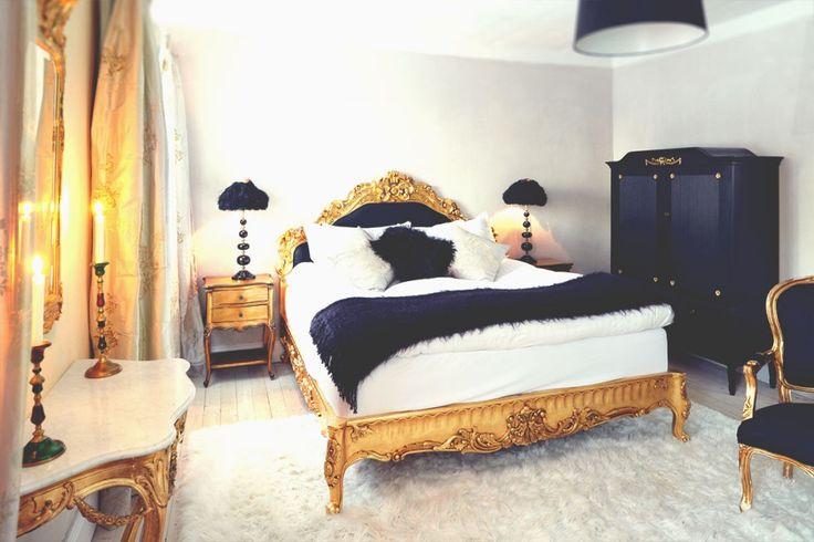 Nr 3. Vårt pampiga Deluxerum med 180 cm dubbelsäng och badkar.