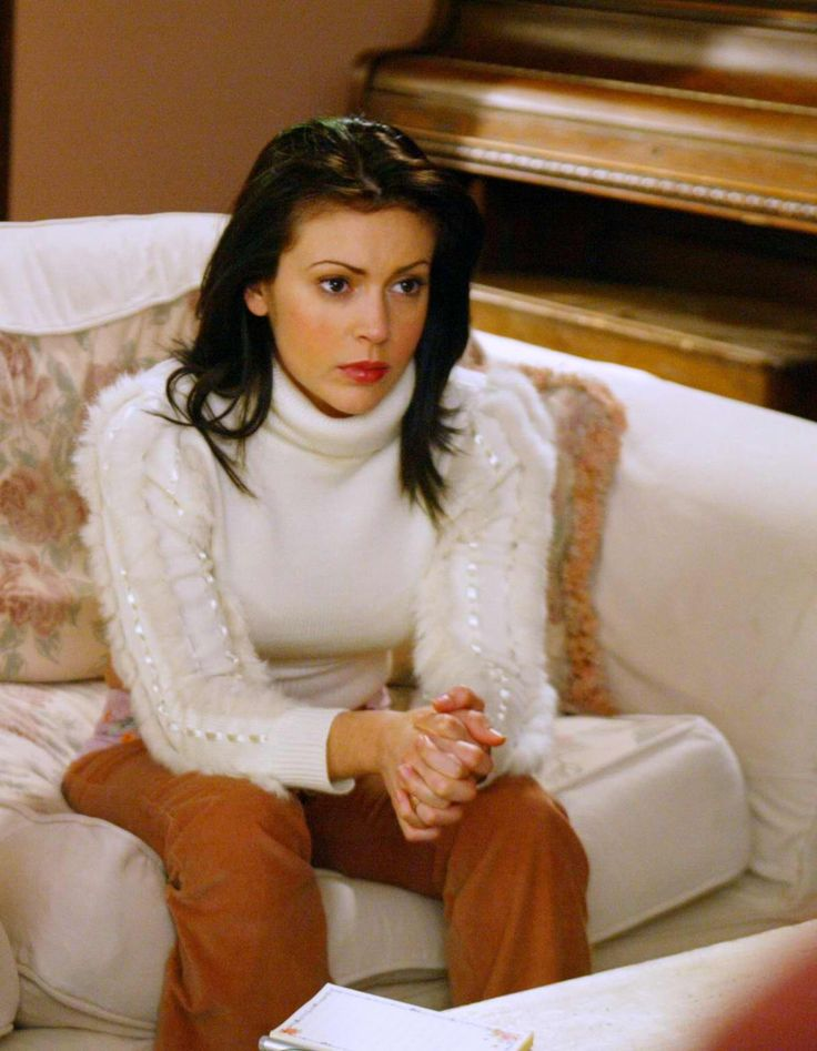 I just watched this episode of charmed and I'm in love with this sweater, it is cropped and paired with purplish pants <3