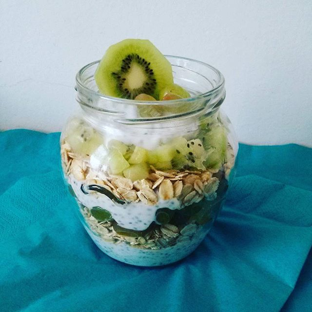 Dieta taka piękna i zdrowa :) Owsianka na jogurcie. Dodatki: nasiona chia, kiwi i winogrona.
