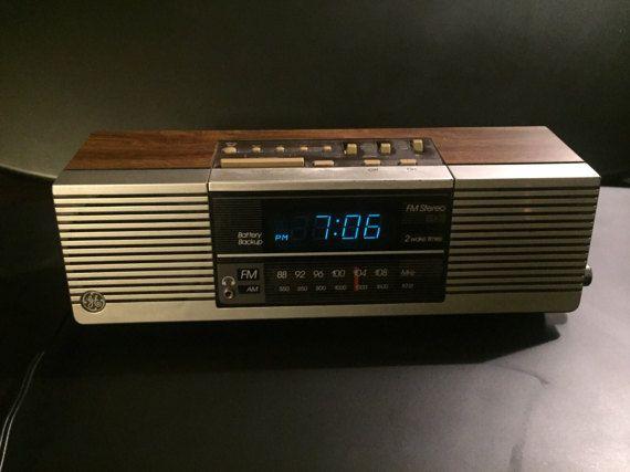 General Electric Vintage Double suite temps numérique réveil et AM / FM Radio Wood Grain