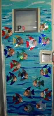 El mar és de tires llargues de paper de seda i vernissat a sobre. El peix és un CD i les aletes i la cua és cartrolina metal·litzada.