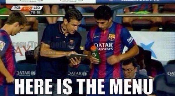 Przed wejściem na boisko piłkarskie Luis Suarez dostaje swoje menu • Trener podaje spis jedzenia dla Suareza • Wejdź i zobacz więcej >> #barcelona #barca #fcbarcelona #suarez #football #soccer #sports #pilkanozna #funny