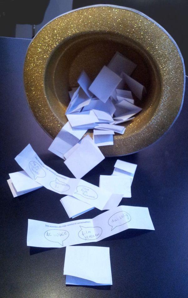 Maandag kring. Ieder kind krijgt een kaartje en schrijft 3 steekwoorden op over zijn weekend vakantie. Iedere dag trekken wij er een aantal. Wie herkent zijn steekwoorden en mag vertellen?